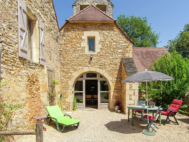 Cozy Cottage in Saint-Aubin-de-Nabirat with Swimming Pool, holiday rental in Saint-Martial-de-Nabirat