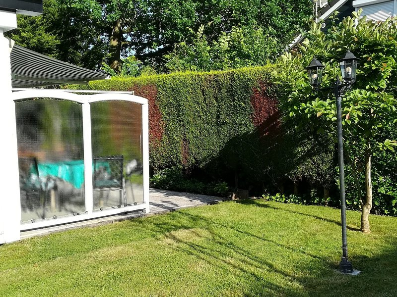 Modern Holiday Home near Kortgene with beautiful garden, vacation rental in Wolphaartsdijk