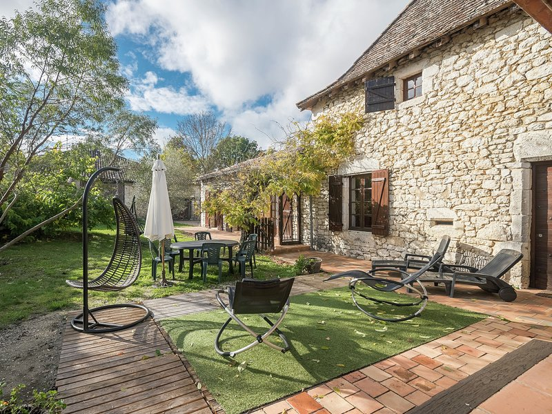 Characteristic holiday home, with swimming pool, near wonderful wine and castles, holiday rental in Singleyrac