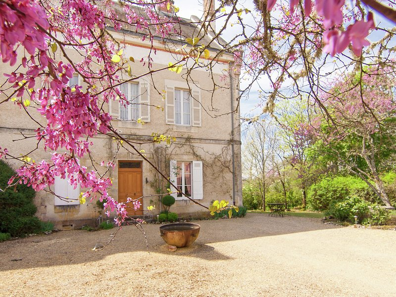 Charming Mansion in Brouchaud with Swimming Pool, casa vacanza a Sarliac-sur-l'Isle