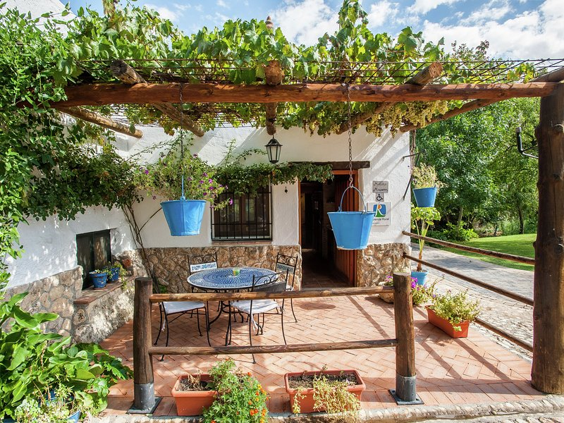 Cozy Cottage in El Padul with Swimming Pool, vacation rental in Villamena