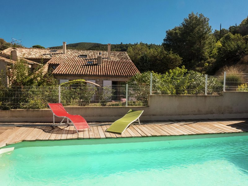 Stylish Villa in Fraissé-des-Corbières with Swimming Pool, holiday rental in Opoul-Perillos