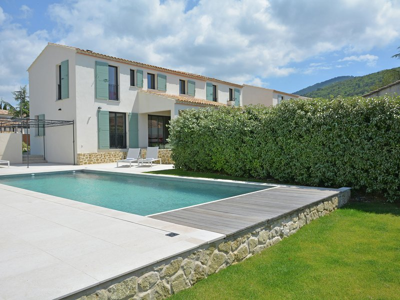 Superb villa with heated private pool in domain within walking distance village, vacation rental in Malaucene