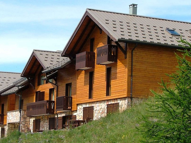 Comfortable semi-detached triplex chalet located only 80 m from the slopes!, holiday rental in Vars