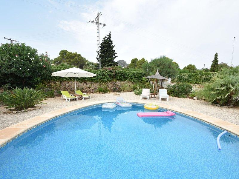 Stunning 6-person villa in unique setting with large veranda, nice garden and sw, holiday rental in Llosa de Camacho