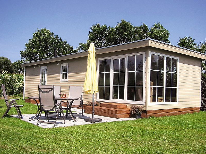 Comfortable chalet with AC and steam shower, in green Twente, holiday rental in Geesteren