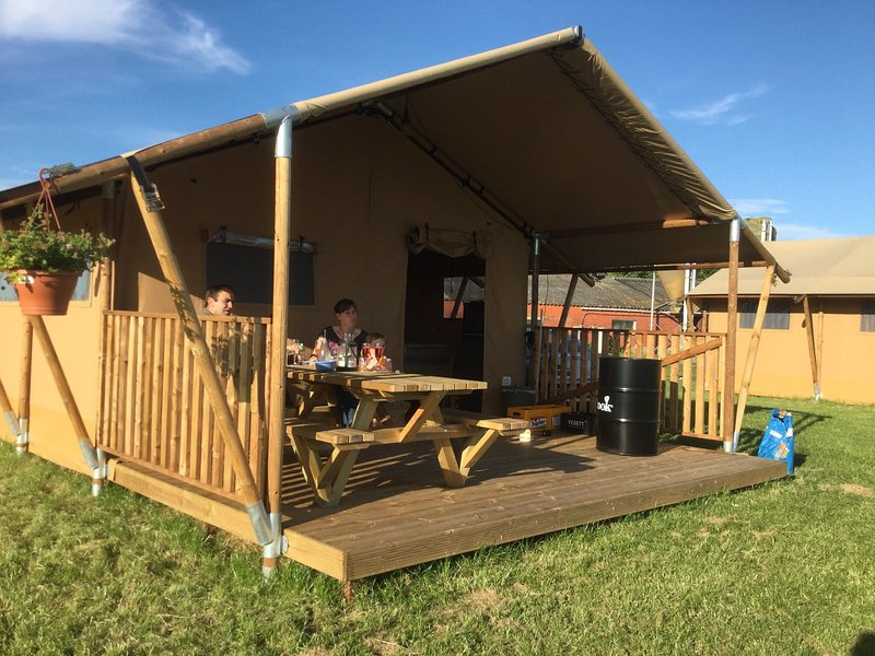 Tent lodge with sanitary facilities at the Bedafse Bergen, vacation rental in Vorstenbosch