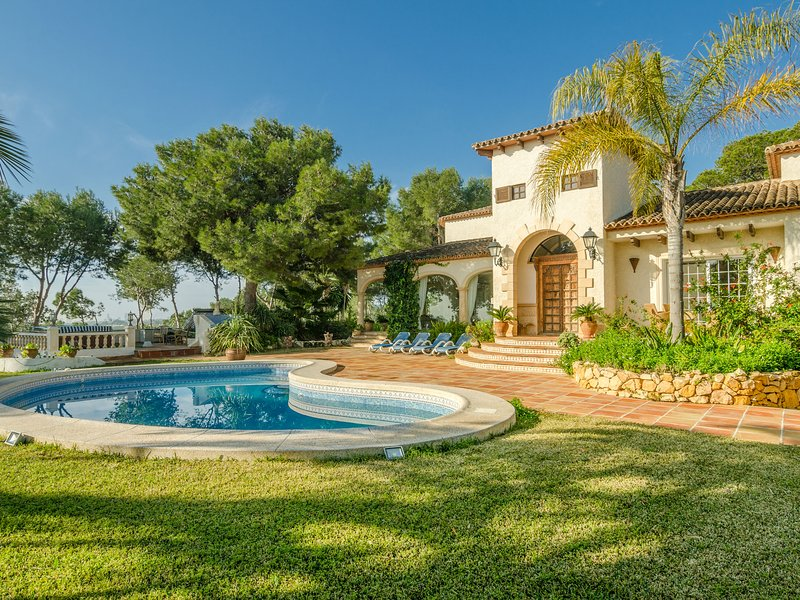 Luxury Villa with Private Pool and Jacuzzi in L'Albir, vacation rental in Polop