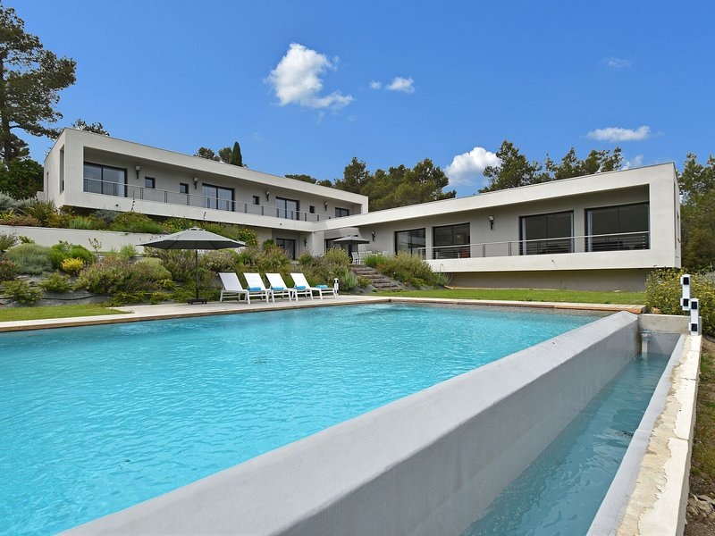 Villa on a High-End Residence in Nîmes with Heated Pool, holiday rental in Poulx