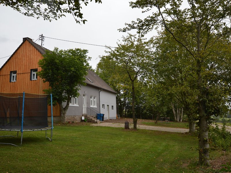 Comfortable detached house with large garden and gorgeous view of the forest, vakantiewoning in Juenkerath