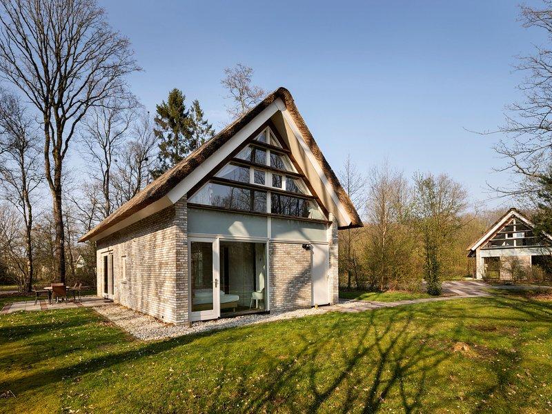 Luxury 2 bathroom villa with solarium, 8 km. from Hoogeveen, casa vacanza a Dieverbrug