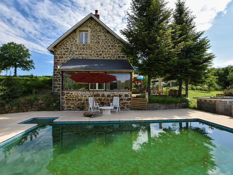 Country Holiday Home in Virlet with Private Pool, holiday rental in Buxieres-sous-Montaigut