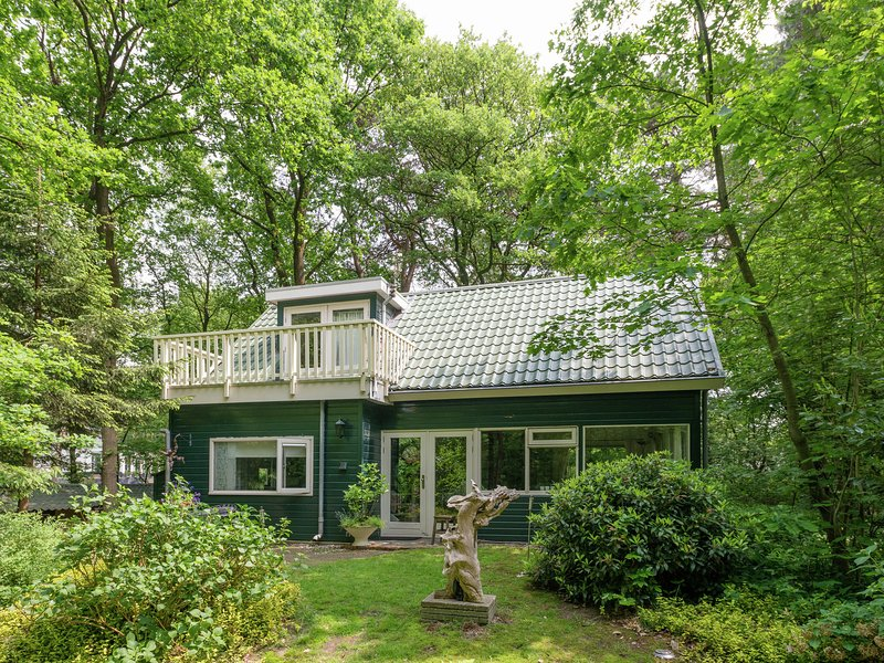 Comfortable and cozy holiday home in a wooded area, vacation rental in Giethmen