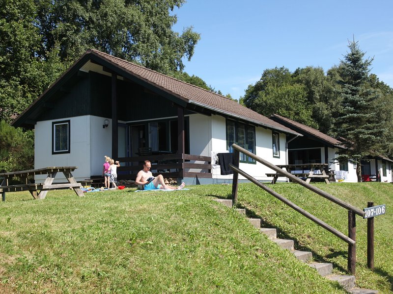 Detached bungalow in Naturpark Nordeifel near a reservoir, holiday rental in Juenkerath