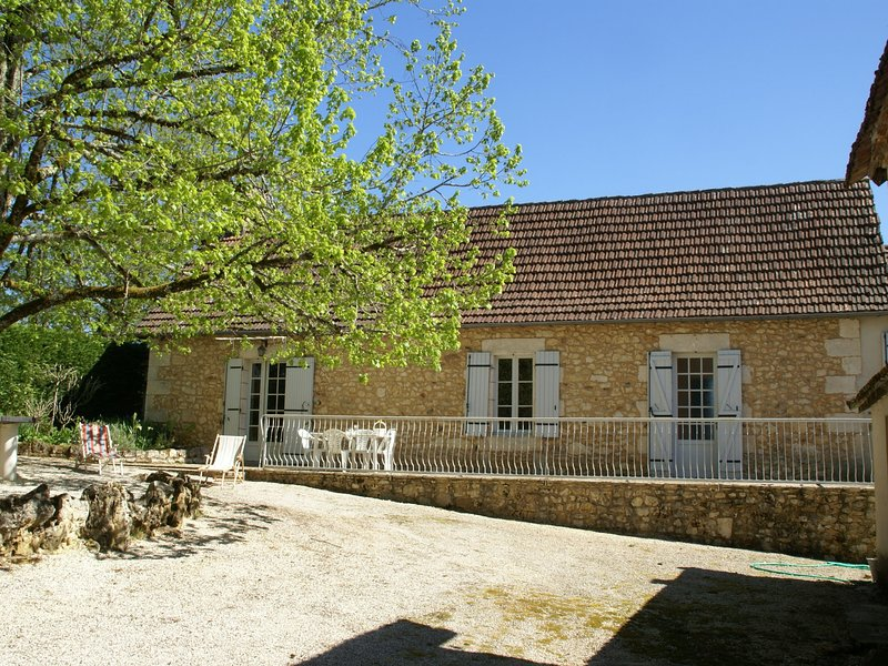 Cozy Holiday Home in Lamonzie-Montastruc with Swimming Pool, vacation rental in Saint-Martin-des-Combes