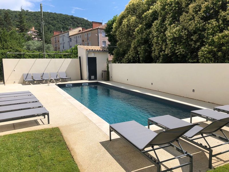 Air-conditioned apartment in residence with heated pool near Mont Ventoux, 800m, vacation rental in Malaucene