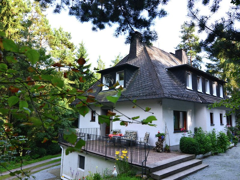 Large, fully equipped holiday home in quiet area at edge of woods, with terrace, aluguéis de temporada em Westernboedefeld
