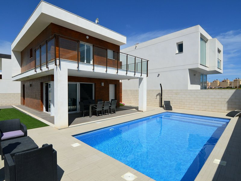 Splendid Villa in Gran Alacant, 10 mins from Alicante Airport, holiday rental in Torrellano