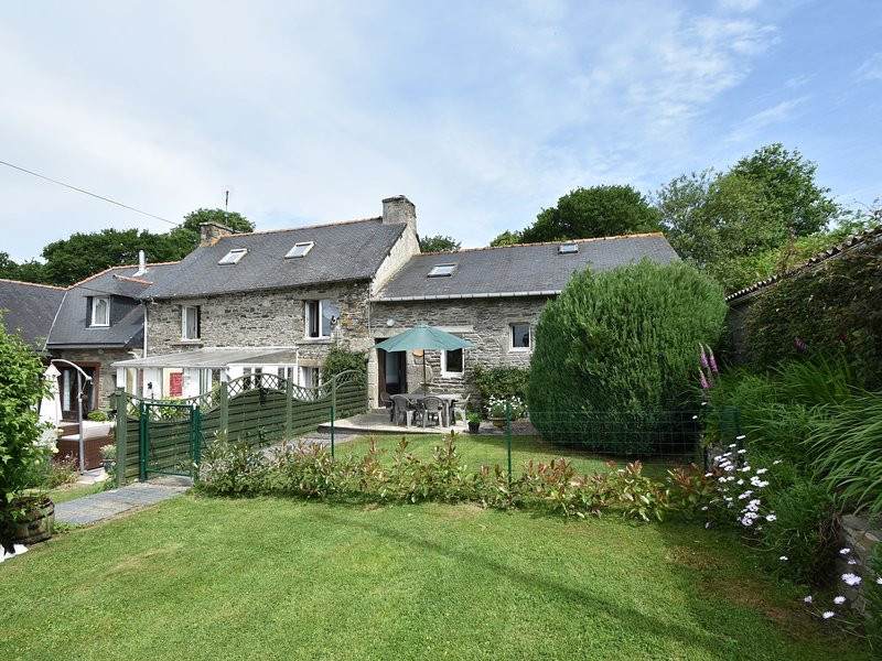 Luxurious Cottage in Maël-Carhaix Brittany with private terrace, holiday rental in Carnoet