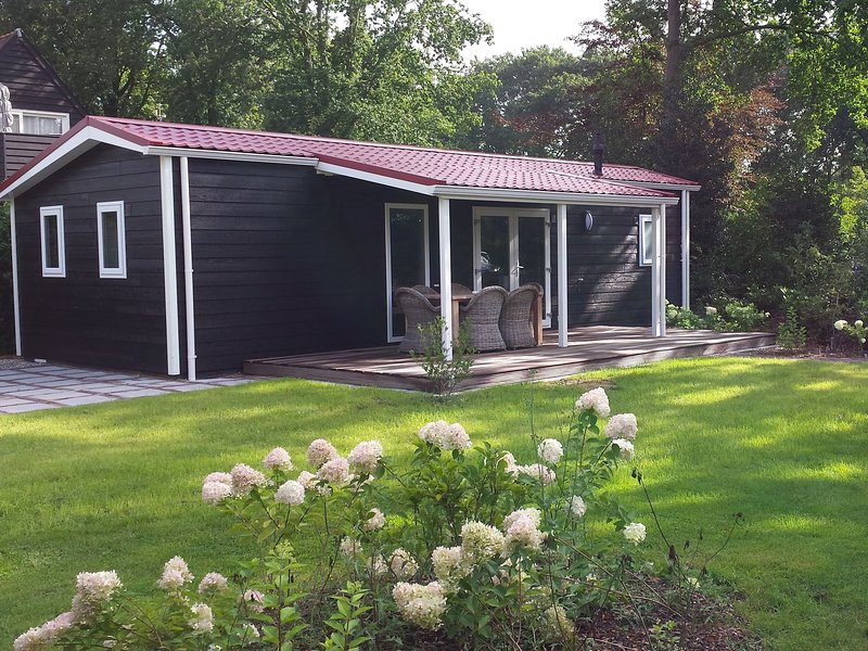 Garden-View chalet with terrace or conservatory near Amerongse Berg, holiday rental in Tricht