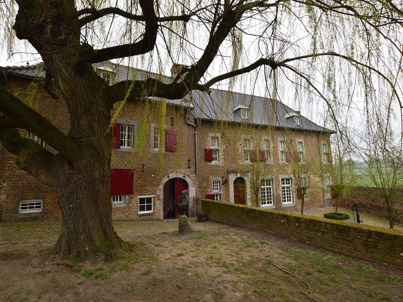 Welcoming Villa near Town Center in Mesch, casa vacanza a Gronsveld