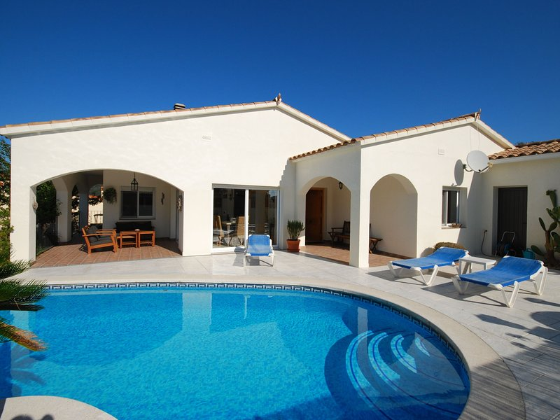 Luxurious Villa Near Calonge With A Sun Terrace, vacation rental in Calonge