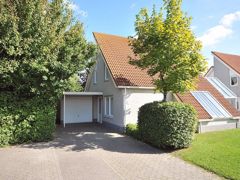 Detached villa with microwave, 1 km. from the sea and beach, vakantiewoning in Scharendijke