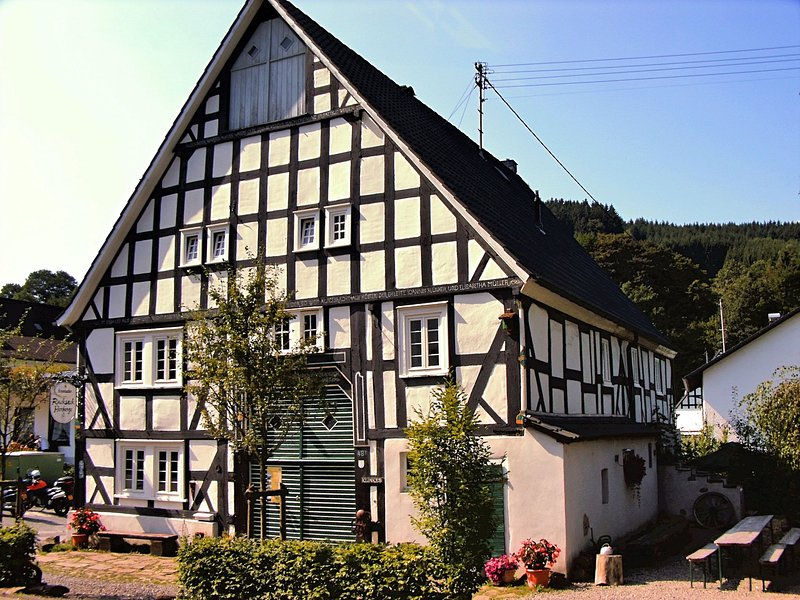 Ancient Holiday Home with Sauna in Heinsberg – semesterbostad i Lennestadt
