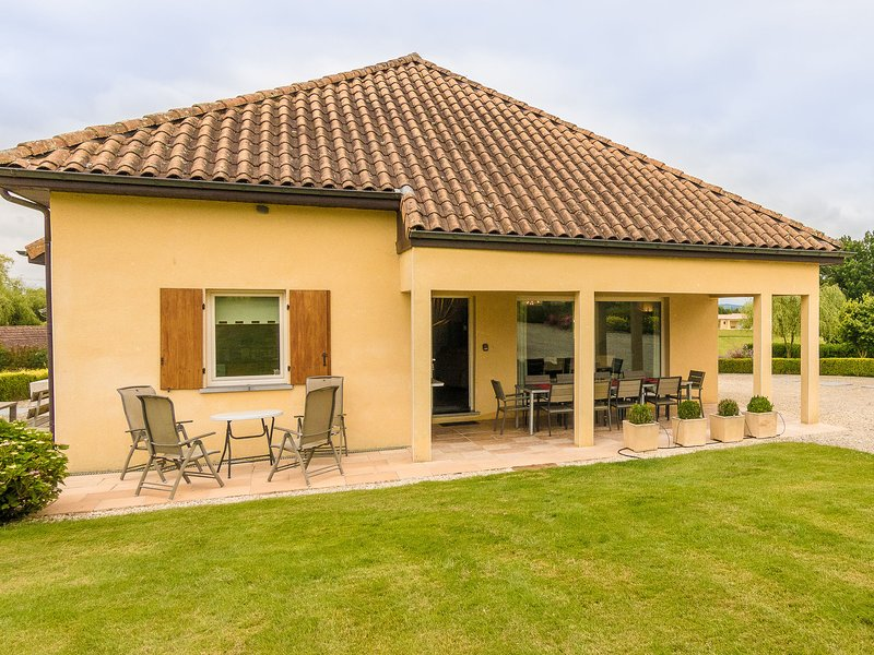 Modern Holiday Home in Aquitaine country with Swimming Pool, holiday rental in Colombier