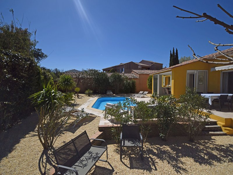 Detached house with private heated pool and air conditioning, 1 km from Cogolin, holiday rental in Cogolin