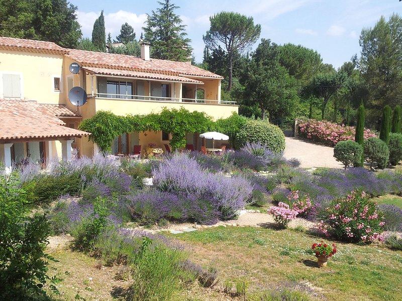 Peaceful Villa in Saint-Saturnin-lès-Apt with Swimming Pool, aluguéis de temporada em Saint-Saturnin-les-Apt