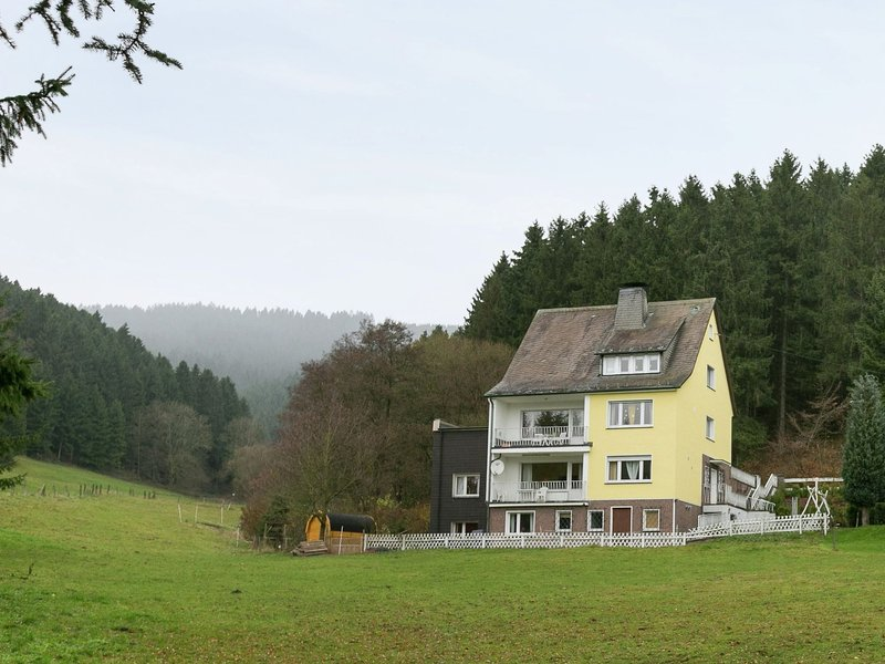 Cozy Holiday Home situated in Niedersalwey with Pond – semesterbostad i Attendorn