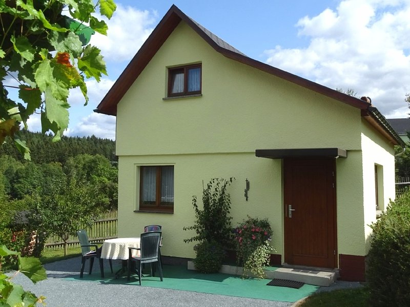 Small, detached holiday home in the Elster Mountains with covered terrace, holiday rental in Erlbach