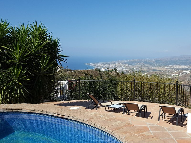 Modern Villa with Private Pool in Sayalonga, holiday rental in Arenas