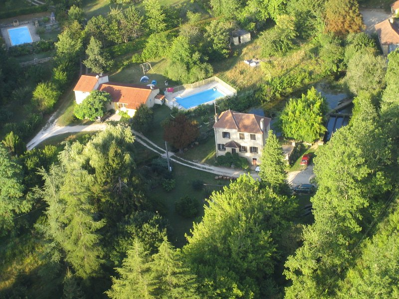 Beautiful house in Saint-Cybranet with private swimming pool and near lovely cas, casa vacanza a Saint-Cybranet
