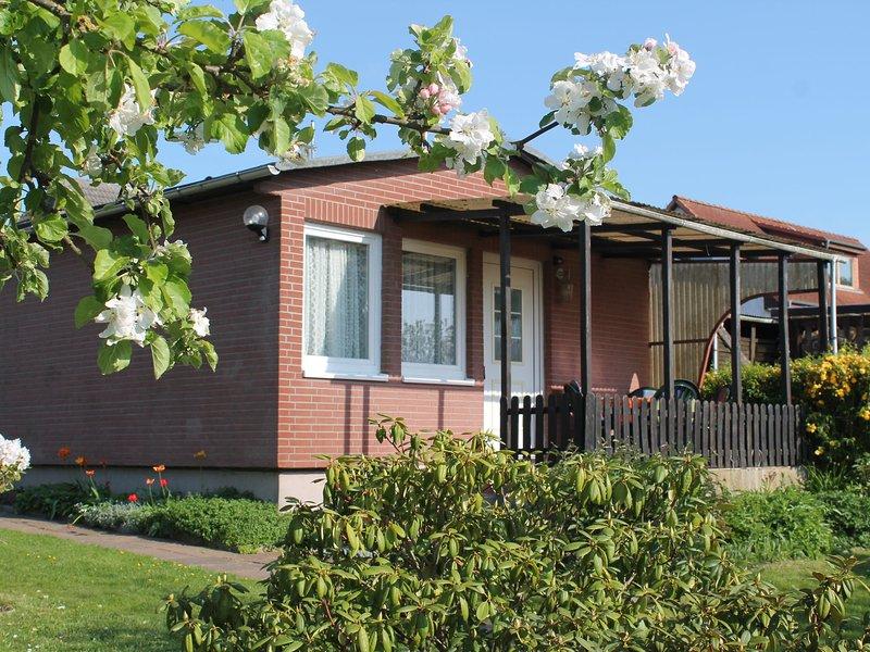 Modern Bungalow with Garden near the Sea in Boltenhagen, holiday rental in Tarnewitz