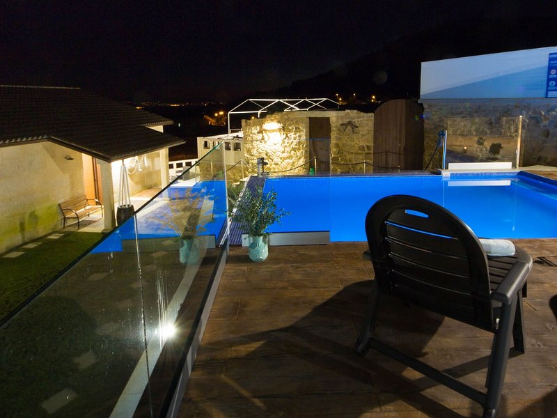 Spacious Holiday Home in Poio Galicia with Swimming Pool, vakantiewoning in Combarro