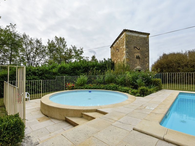 Equisite Holiday Home in Aquitaine with Swimming Pool, vacation rental in Blanquefort-sur-Briolance