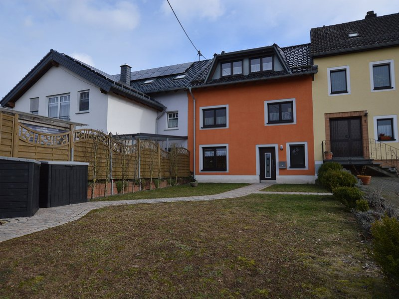 Comfortable apartment with private garden in the wooded surroundings of the Eife, vakantiewoning in Juenkerath