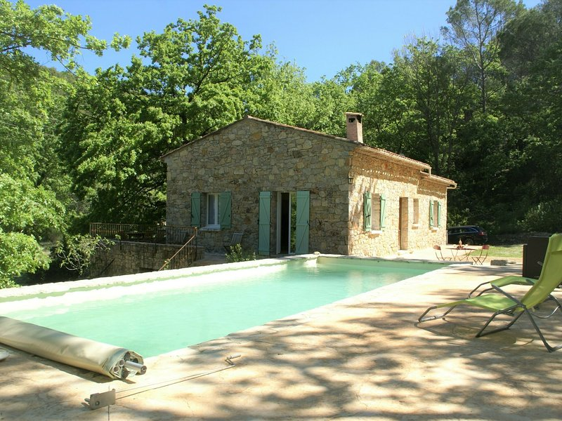 Complete privacy in this beautiful Bastide with private swimming pool in the mid, aluguéis de temporada em Chateaudouble