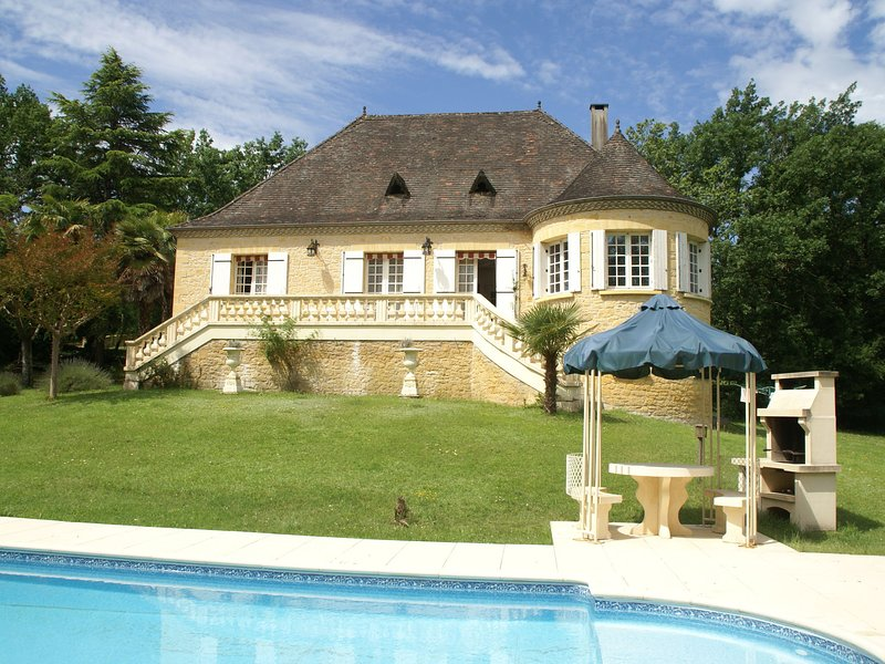 Beautiful Villa with Tennis Court in Dordogne, France, casa vacanza a Lalinde