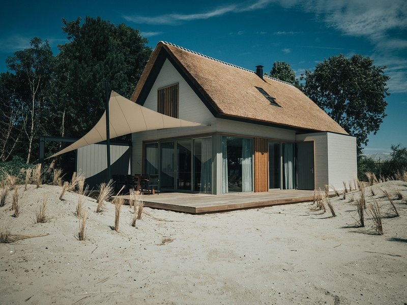 Luxurious holiday home with a fire place 800m from the beach, holiday rental in Goedereede