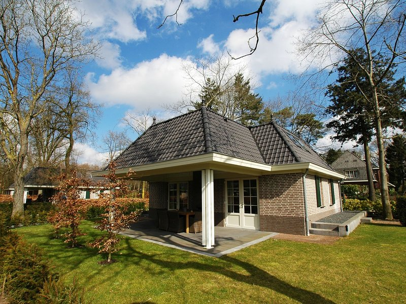 Detached villa with outdoor fireplace near the Veluwe, vacation rental in Kootwijk