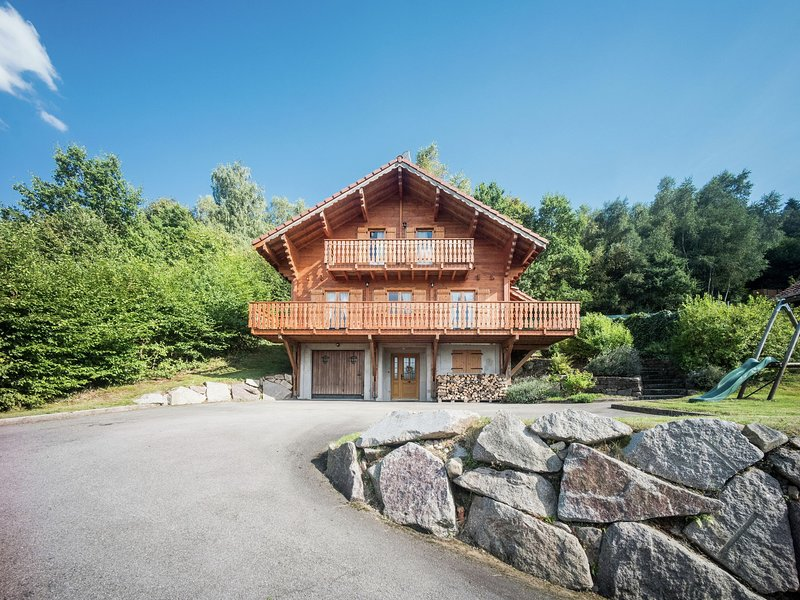 Chalet with panoramic view over the Meurthe Valley, Ferienwohnung in Taintrux