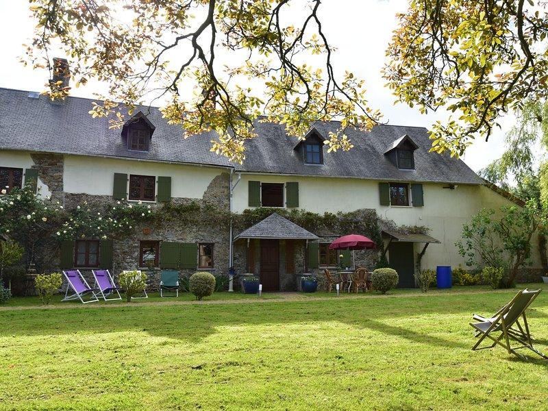 Typical Norman farmhouse with free WiFi, a short drive from the coast, location de vacances à Saint-Michel-de-la-Pierre