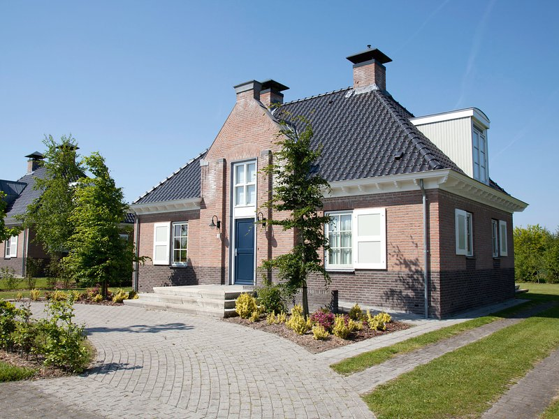 Stately, luxury villa with 3 bathrooms, 2 km. from Appelscha, casa vacanza a Dieverbrug