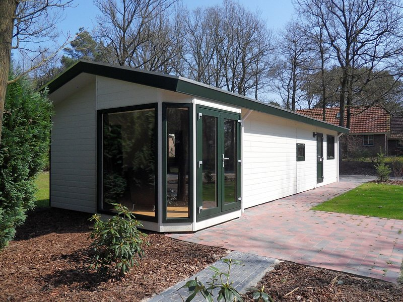Comfortable chalet with dishwasher, in a nature reserve, Ferienwohnung in Zwiggelte