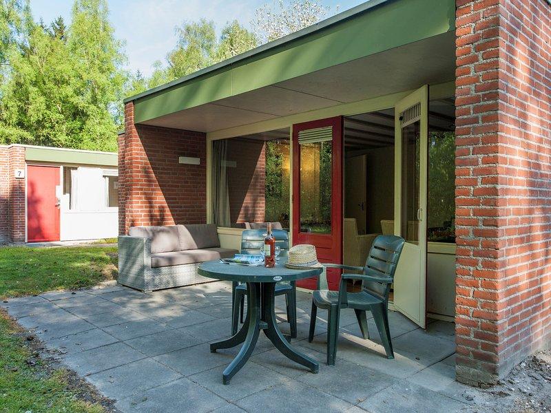 Cosy bungalow with steamshower, within De Maasduinen area, alquiler vacacional en Swolgen