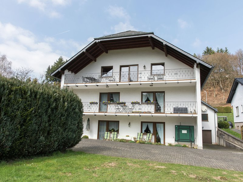 Sunlit Mansion with Private Terrace in Lirstal, location de vacances à Kottenheim