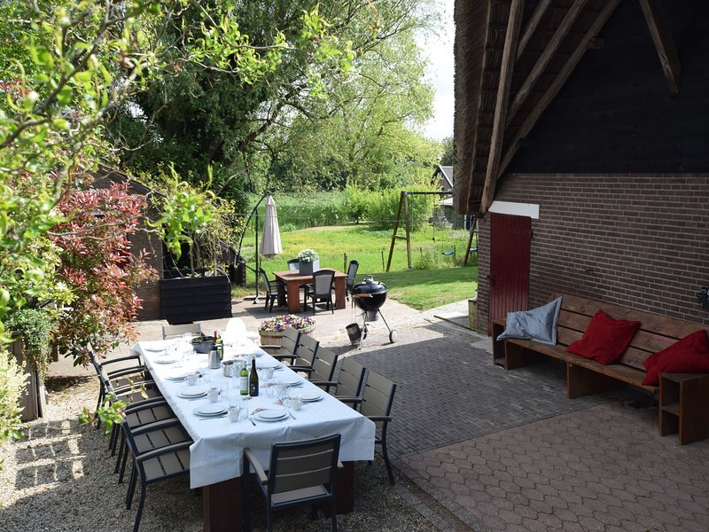 Quaint Farmhouse near River in Oosterwijk, holiday rental in Tricht
